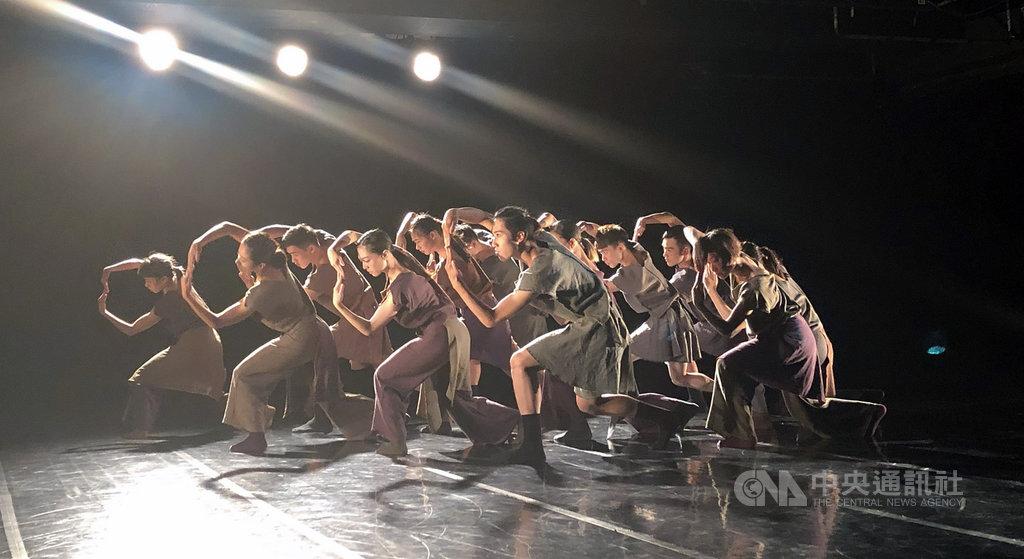 舞蹈空間舞團攜手日本編舞家島崎徹推出新節目「舞力」,其中一段舞作「南之頌」以台灣原住民特色音樂入舞,展現島崎徹對台灣文化與土地的感知與尊重。中央社記者洪健倫攝 108年8月23日