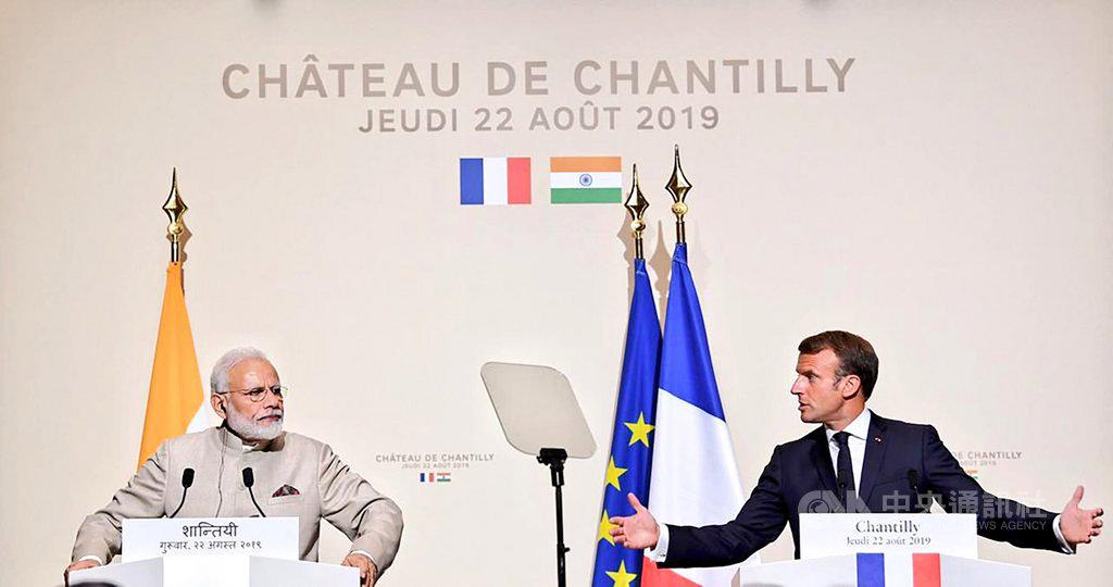 印度總理莫迪(左)23日在巴黎與法國總統馬克宏(右)會談後,兩人發表印法聯合聲明。(印度外交部提供)中央社記者康世人新德里傳真  108年8月23日