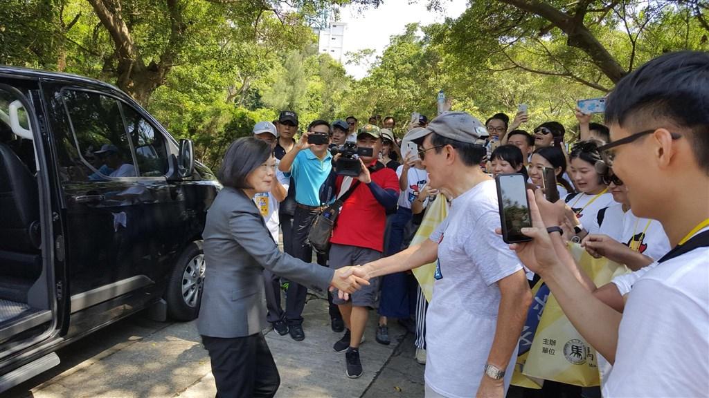 總統蔡英文(前左)和前總統馬英九(前左2)23日在金門太武山巧遇,兩人握手寒暄,展現君子之風。(圖取自facebook.com/MaYingjeou)