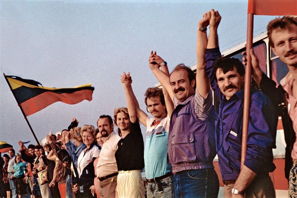 30年前波羅的海三國民眾手牽手以人鏈方式和平抗爭,最後終於脫離蘇聯獨立,如今仍影響追求自由的人士。(圖取自維基共享資源;作者:Kusurija,CC BY-SA 3.0)