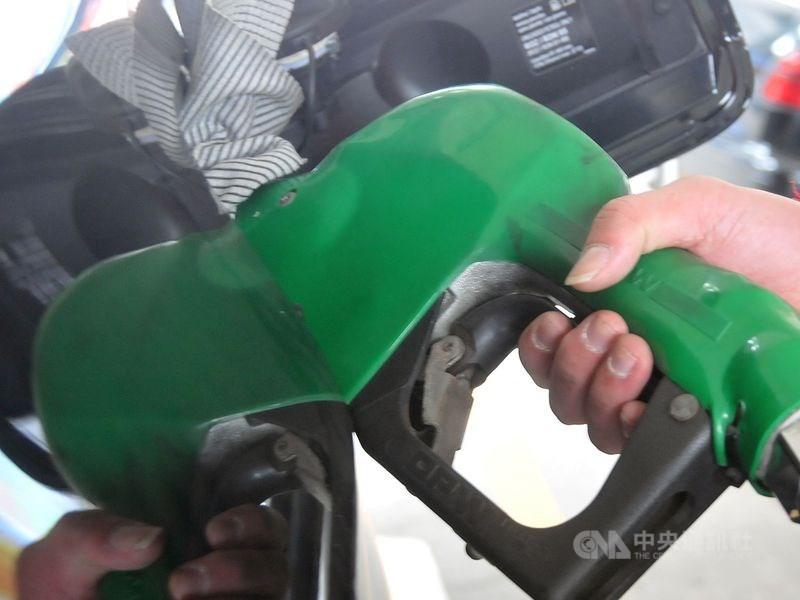 紐約市場西德州中級原油的10月期貨價格22日下跌33美分,收在每桶55.35美元。(中央社檔案照片)