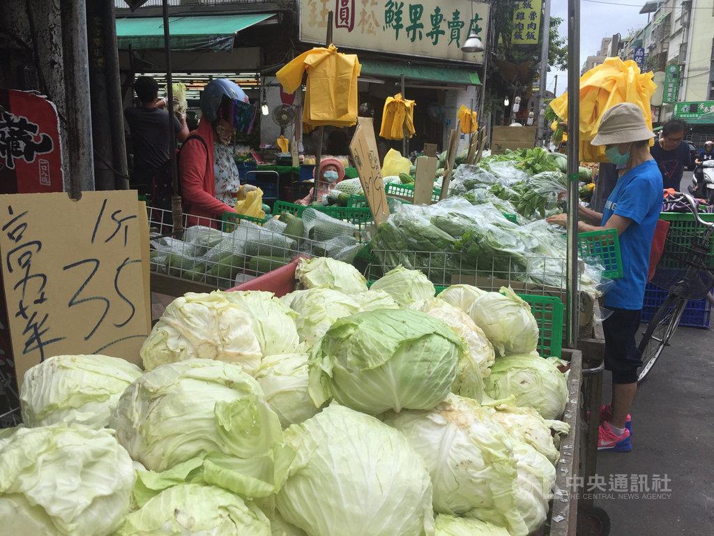 颱風白鹿襲台,在台北果菜批發市場交易量增加下,傳統市場高麗菜零售價出現回跌,每台斤35元,每顆100元有找。中央社記者楊淑閔攝 108年8月24日