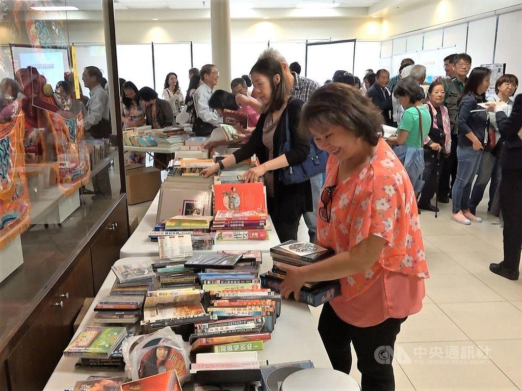 洛杉磯華僑文教服務中心23日舉行曬書節活動,上百名僑胞讀者參與。總統蔡英文去年8月過境洛杉磯,曾經訪問這裡,特別參觀圖書館。中央社記者林宏翰洛杉磯攝 108年8月24日