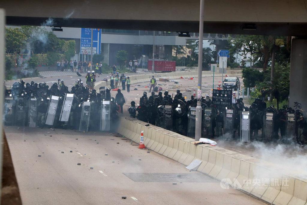 「反送中」示威者24日下午在九龍觀塘舉行遊行,隨後轉進包圍附近牛頭角警署。警方發射多輪催淚彈驅散,大批人走避。中央社記者張謙香港攝 108年8月24日