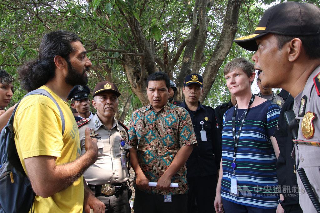 阿富汗難民胡塞尼(左)23日對出面接受陳情信的澳洲大使館官員(右2)說,難民只是在尋求澳洲大使館幫助,尋求幫助不是犯罪,印尼外事警察主管海爾雅托(右1)卻威脅要把難民遣返回國。海爾雅托不滿,打斷胡塞尼的談話。中央社記者石秀娟雅加達攝 108年8月24日