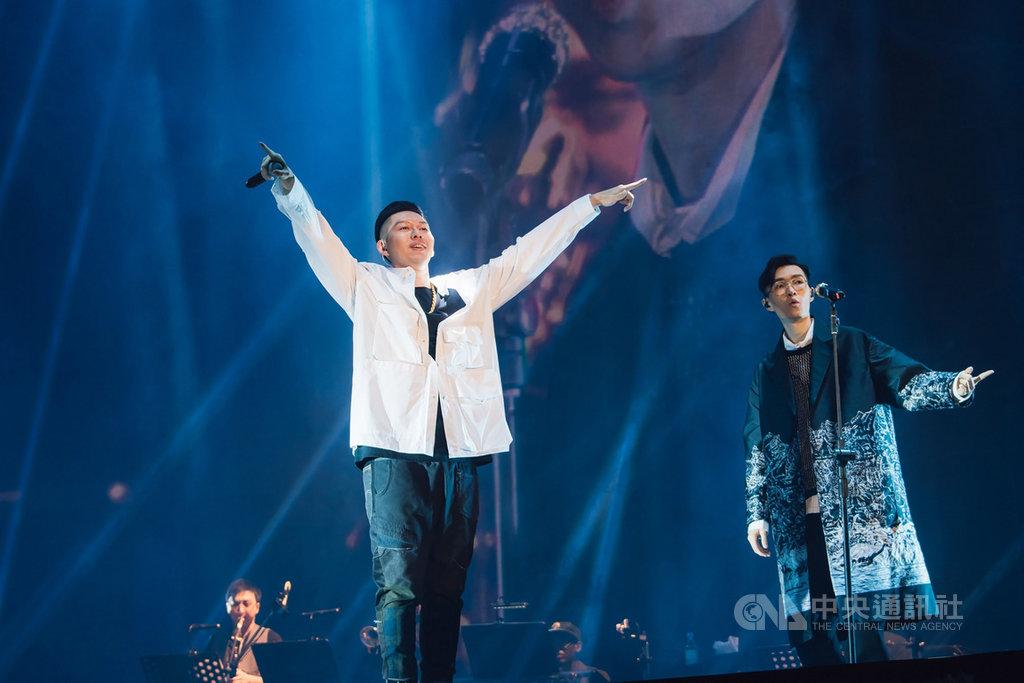 歌手方大同(右)24日晚間在台北小巨蛋舉行「TIO靈心之子演唱會」,邀請饒舌歌手蛋堡(前左)擔任嘉賓,炒熱全場氣氛。(寬宏藝術提供)中央社記者陳秉弘傳真 108年8月24日