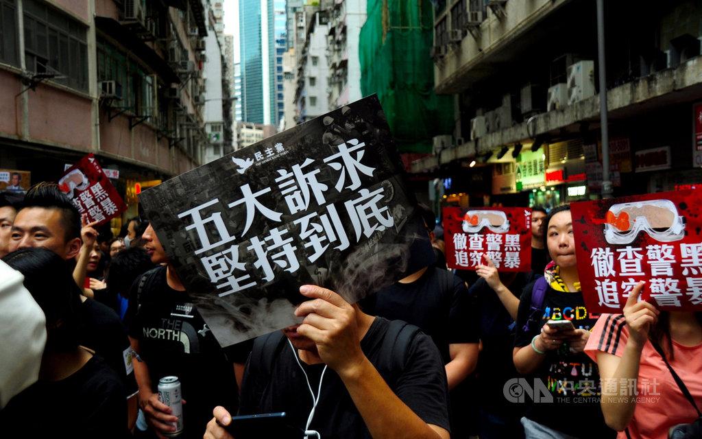 「港漂」Kris表示,多數港漂在中港矛盾下,對香港社會保持距離、戒心。而在中國官方的愛國主義宣傳下,很容易將爭取自由民主的運動都視為「港獨」。圖為18日維多利亞公園集會時,民眾高舉訴求標語。(資料照片)中央社記者沈朋達香港攝 108年8月24日