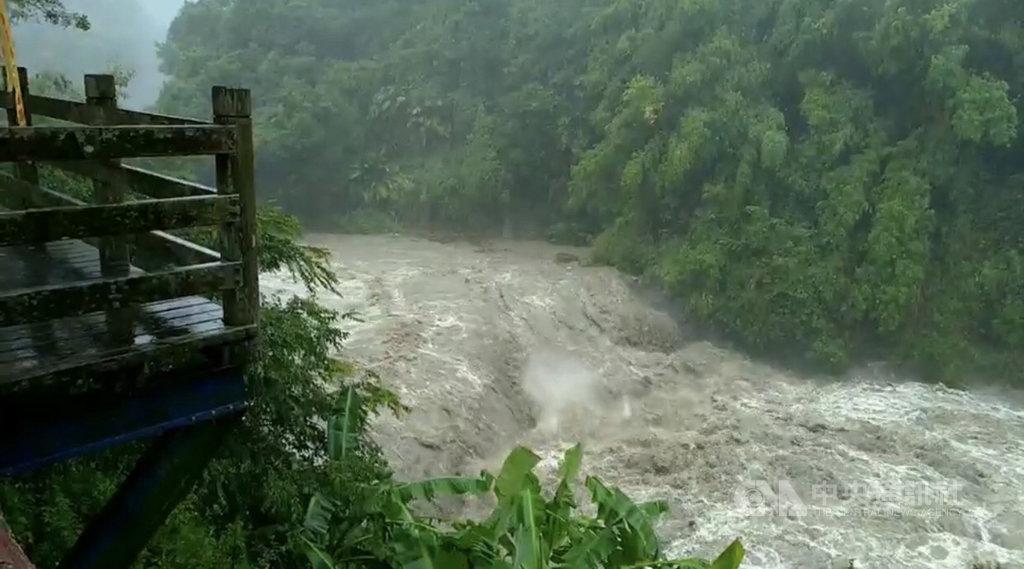 輕度颱風白鹿來襲,花蓮縣富里鄉鄰近富南社區的鱉溪水位持續上升,水利署第九河川局加強巡查。(水利署第九河川局提供)中央社記者張祈傳真 108年8月24日