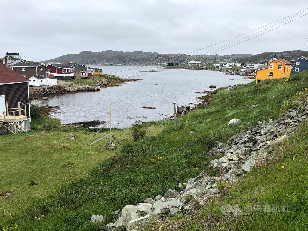 加拿大紐芬蘭省充滿令人目眩神迷的獨特魅力。鄉間房屋用色大膽,紅黃藍灰與綠野藍天相間,毫無違和感。中央社記者胡玉立紐芬蘭省攝 108年8月25日
