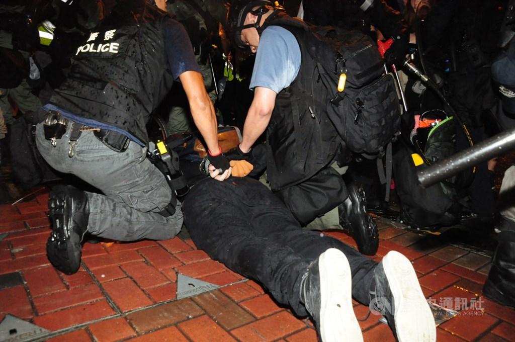 香港網友25日發起荃葵青遊行,之後有示威者走上馬路築起路障,與警方對峙。晚間7時,警方在楊屋道上清場,一名示威者被拘捕。中央社記者沈朋達香港攝 108年8月25日