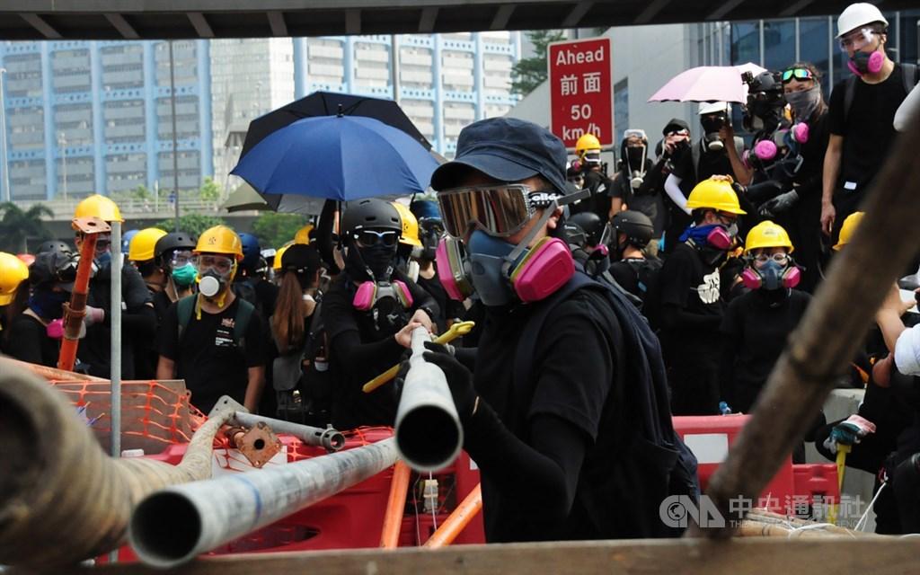 香港反送中示威者24日到觀塘遊行,下午4時左右,示威者包圍牛頭角警署,並在警署前的偉業街上築起路障。中央社記者沈朋達香港攝 108年8月25日