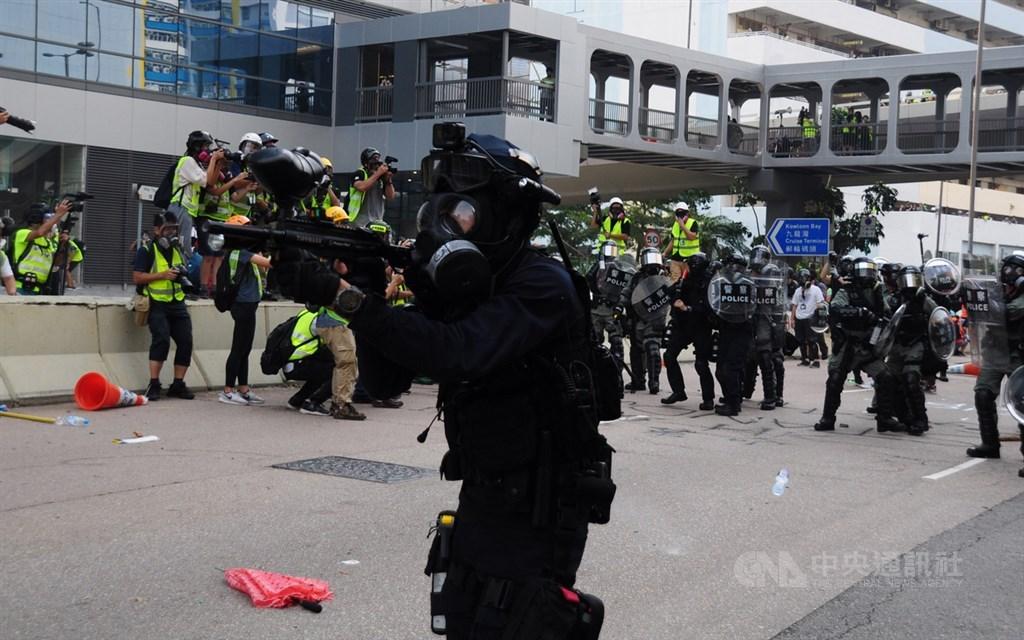 反送中示威者24日到觀塘遊行,之後有示威者包圍牛頭角警署。下午5時許,警方快速清場,並發射催淚彈驅散示威者。圖為一名速龍小組員警對示威者發射胡椒球。中央社記者沈朋達香港攝 108年8月25日