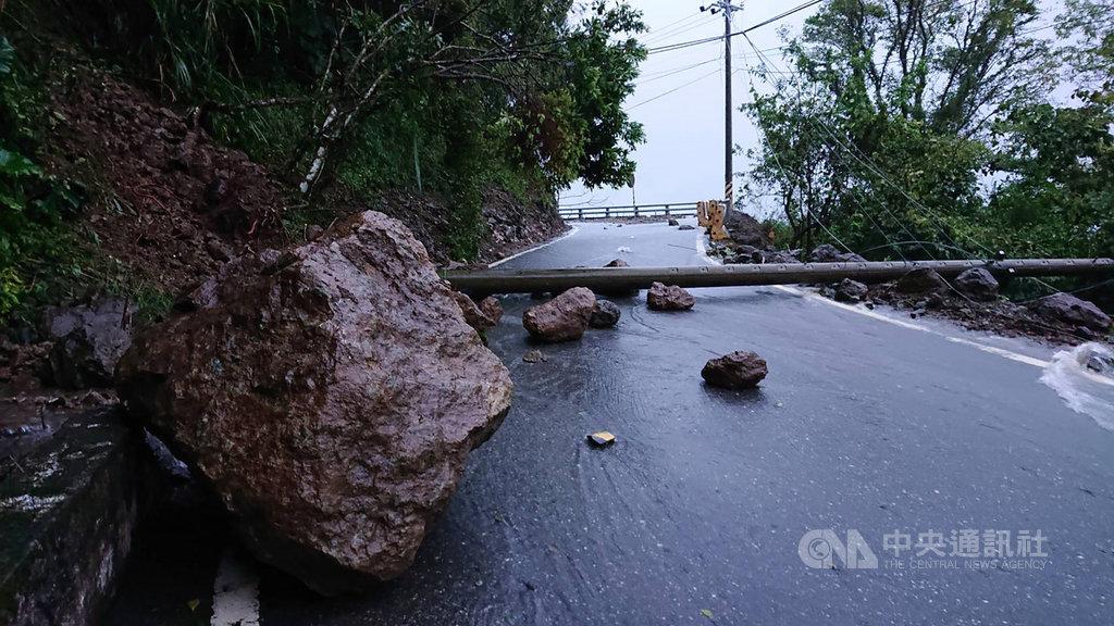 颱風白鹿帶來的雨勢在花蓮富里降下600多毫米雨量,造成六十石山路阻斷。富里鄉公所25日清晨前往初勘,發現路崩、落石、泥流、電桿倒塌。(富里鄉公所提供)中央社記者李先鳳傳真 108年8月25日