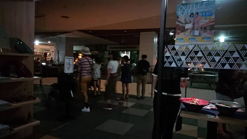 台中三井Outlet 25日晚間發生停電事件,賣場裡一片漆黑,不少民眾摸黑逛街。(民眾提供)中央社記者蘇木春傳真 108年8月25日
