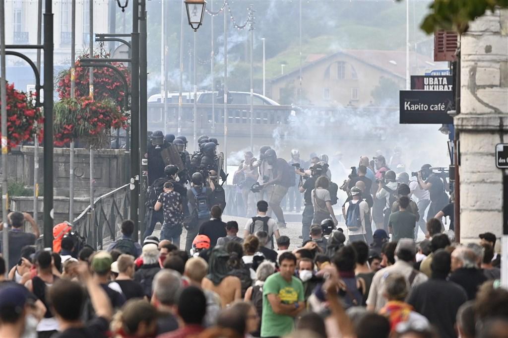 七大工業國集團(G7)峰會在法國西南部城市貝約納舉行,會場外24日聚集許多抗議民眾,警方動用水柱和催淚彈驅離。(安納杜魯新聞社提供)