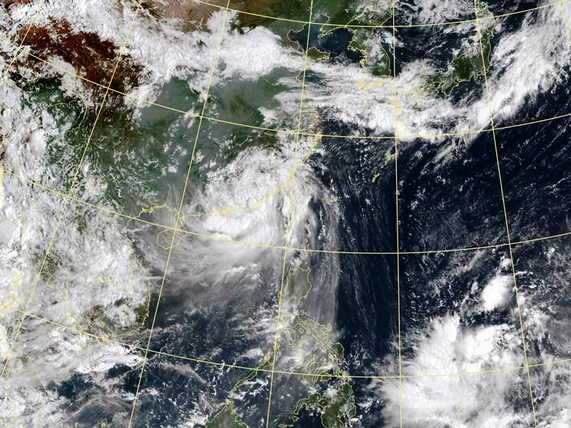 颱風白鹿逐漸遠離,中央氣象局25日上午解除陸上颱風警報。圖為25日上午8時30分衛星雲圖。(圖取自氣象局網頁www.cwb.gov.tw)