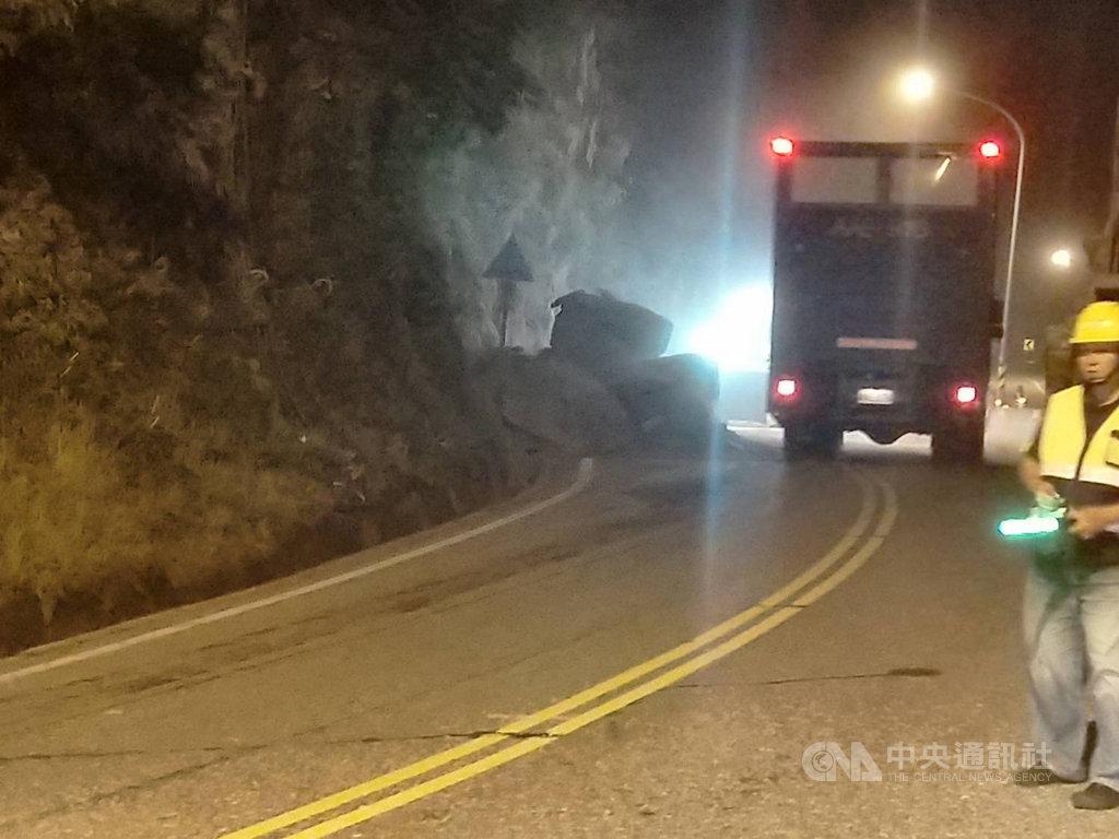 台9線蘇花公路148.5公里處26日凌晨發生落石掉落,影響南北雙向通車,警方隨即派員到場管制。(宜蘭縣警局提供)中央社記者王朝鈺傳真 108年8月26日