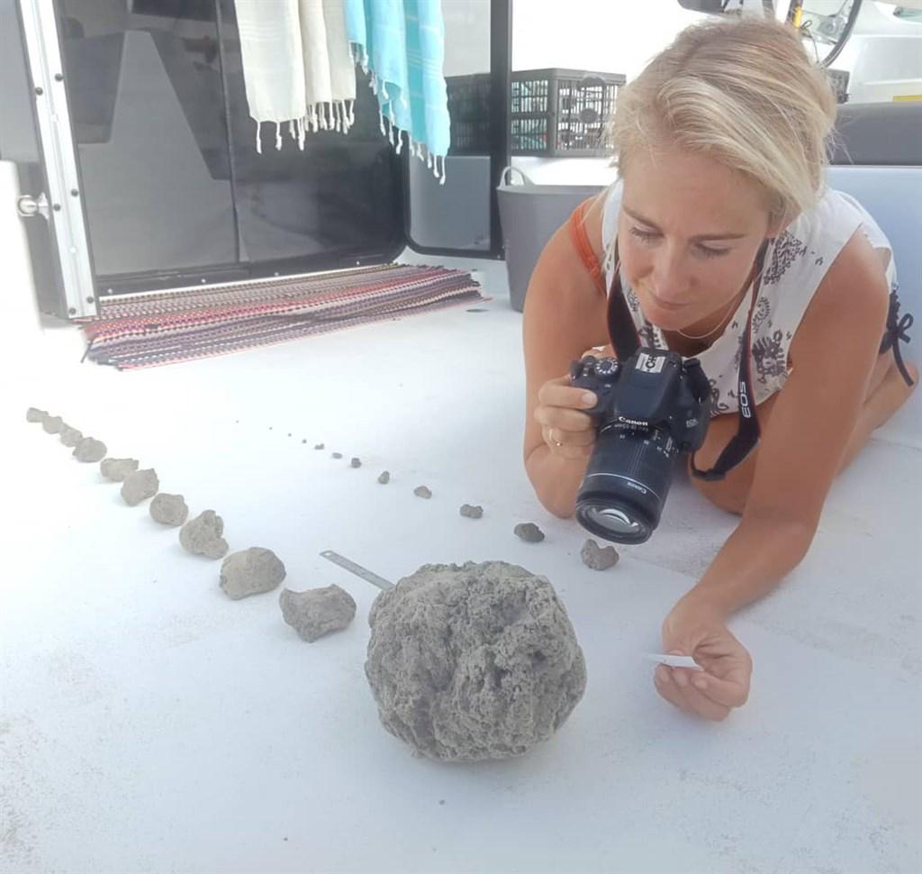 澳洲情侶侯特和布瑞爾日前駕駛雙體船前往斐濟共和國,途中意外駛入一片「浮石群」,並於16日在網路上分享這段海上奇遇記。(圖取自facebook.com/sailsurfroam)
