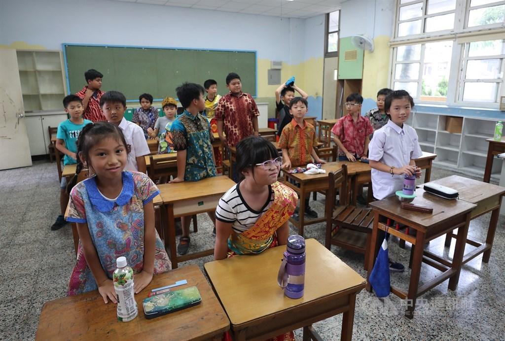 桃園市東安國小校內學生有20多種族群,將近2成是新住民子女、2成是原住民。學生樂於學習多元文化,即便父母親都是台灣人的學生,也搶著學新住民語。中央社記者張皓安攝 108年8月26日