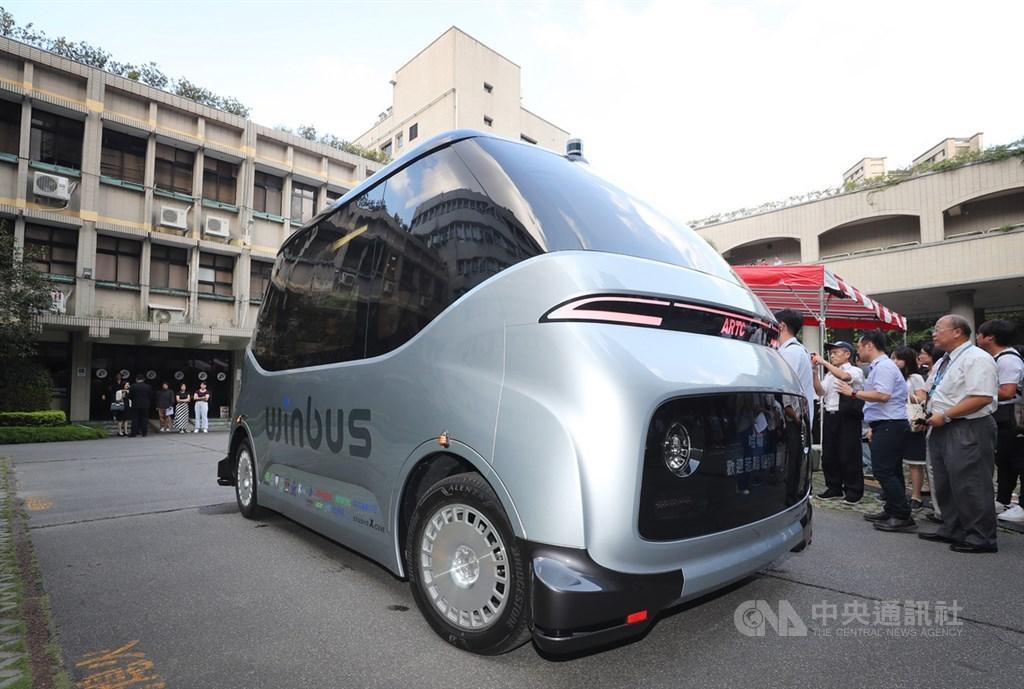 財團法人車輛研究測試中心串連產業打造台灣自研自製的自駕電動小型巴士WinBus,26日在經濟部亮相,展現台灣研發與製造能量。中央社記者裴禛攝 108年8月26日