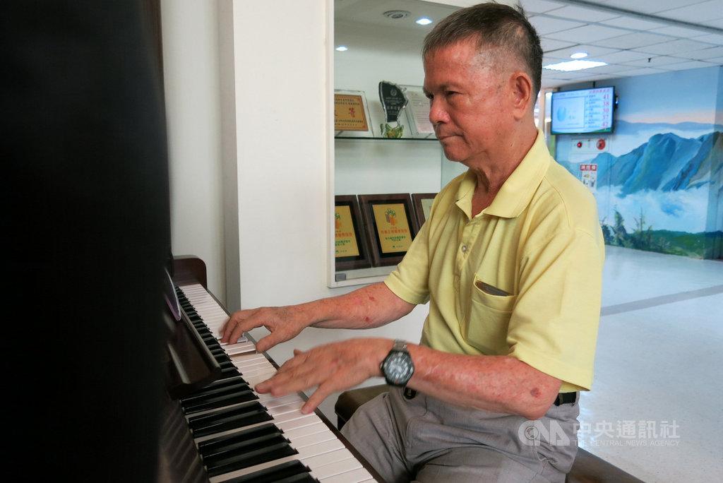 72歲陳豐鎮熱愛彈鋼琴,曾3度中風的他,除接受治療外,也將彈琴當作復健,3個月後回歸志工崗位,以琴聲散播歡樂。中央社記者趙麗妍攝  108年8月26日