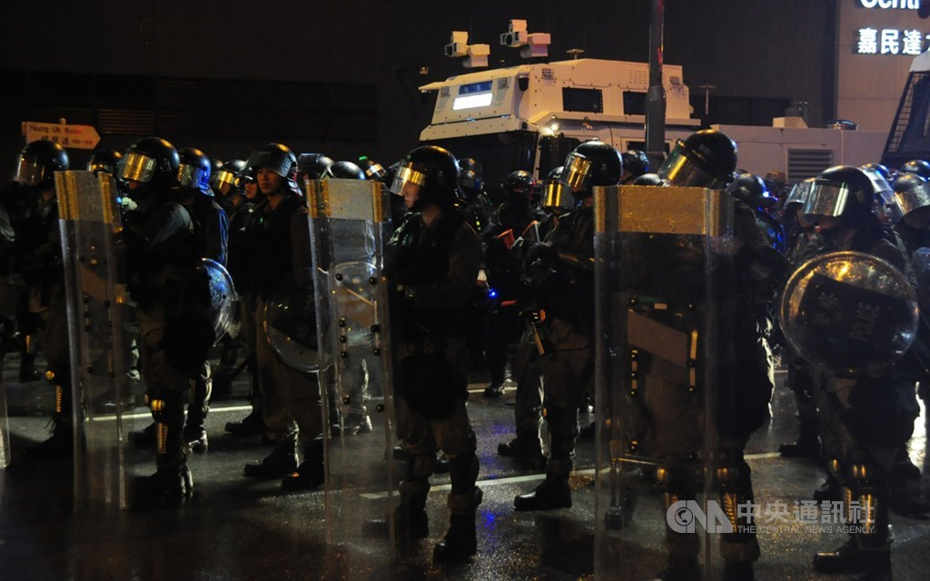 香港6月9日爆發「反送中」示威至今78天,關於北京對港局勢定調,體制內人士近日透露,當局現有鷹、鴿派之爭。圖為香港網友25日發起荃葵青遊行,之後再度演變為警民衝突。(中央社檔案照片)