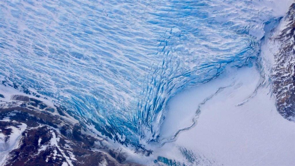 格陵蘭有3/4被北極海圍繞,並有85%被冰覆蓋,如果冰層完全消失,全球海平面將升高7公尺。(圖取自facebook.com/NASAJPL)