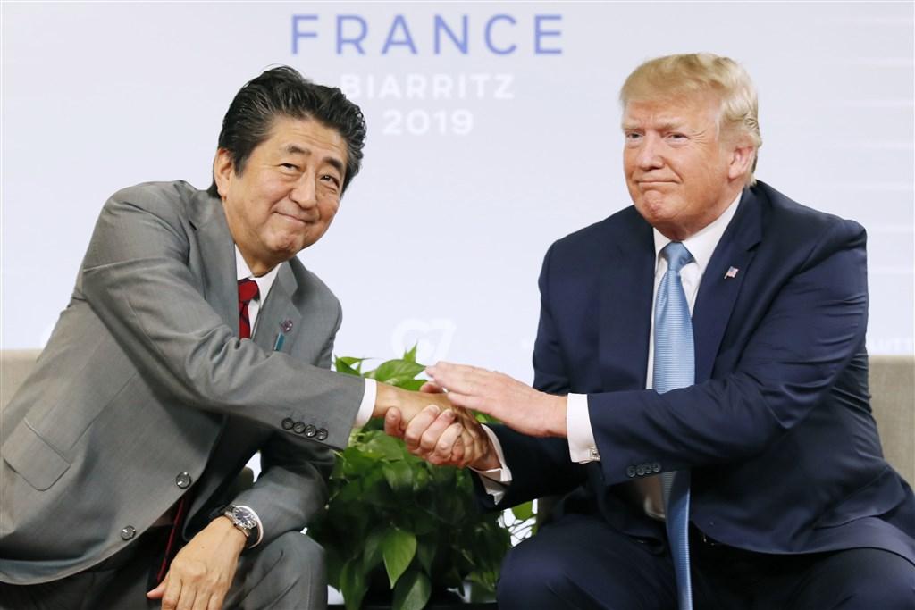 日本與美國貿易談判已達基本協議,預計9月下旬簽署。圖為日本首相安倍晉三(左)與美國總統川普(右)25日在G7峰會上會面。(檔案照片/共同社提供)