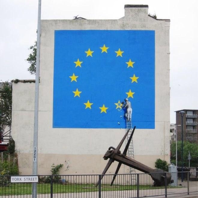 英國知名塗鴨藝術家班克西2017年繪製脫歐壁畫25日消失,許多英國多佛居民對此表示憤怒。(圖取自twitter.com/davidjwright_)