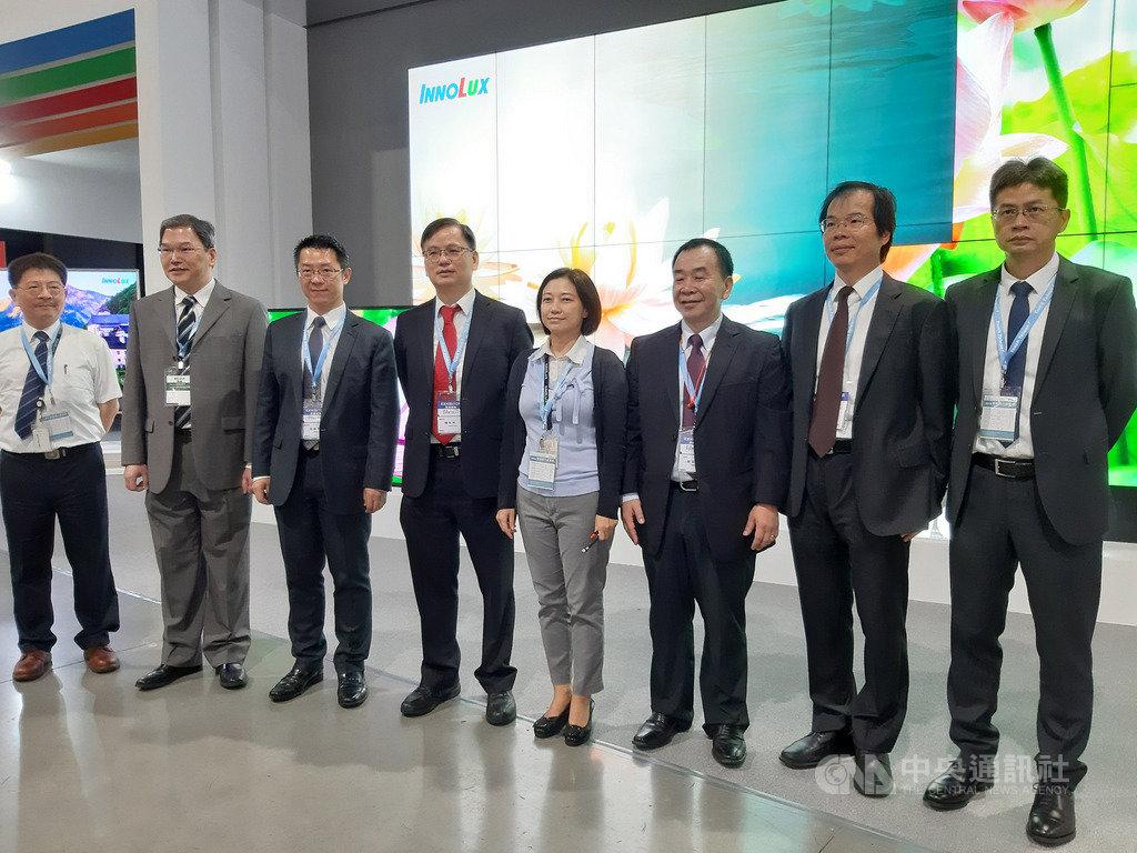 因應貿易戰,群創總經理楊柱祥(右5)表示,會持續擴大在台生產,從面板到電視組裝一條龍製造的進度。中央社記者潘智義攝 108年8月28日