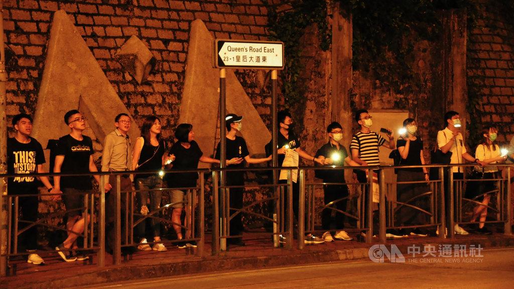 香港網友23日舉行「香港之路」,牽起長達60公里人鏈。而整個活動,是在一個53人的核心團隊,及各地區的義工自發分工下,以不到一週的時間籌劃完成。圖為香港民眾於金鐘一帶參加「香港之路」活動。(資料照片)中央社記者沈朋達香港攝 108年8月28日