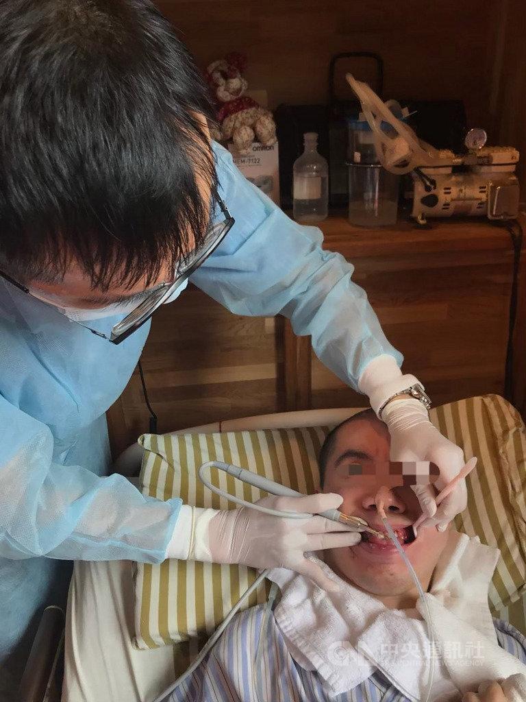 36歲的開業牙醫李天騰(左)近年投入在宅醫療,照料居家失能者牙齒健康,把服務送到需要的人身邊是他執業的初心。(李天騰提供)中央社記者陳偉婷傳真 108年8月28日