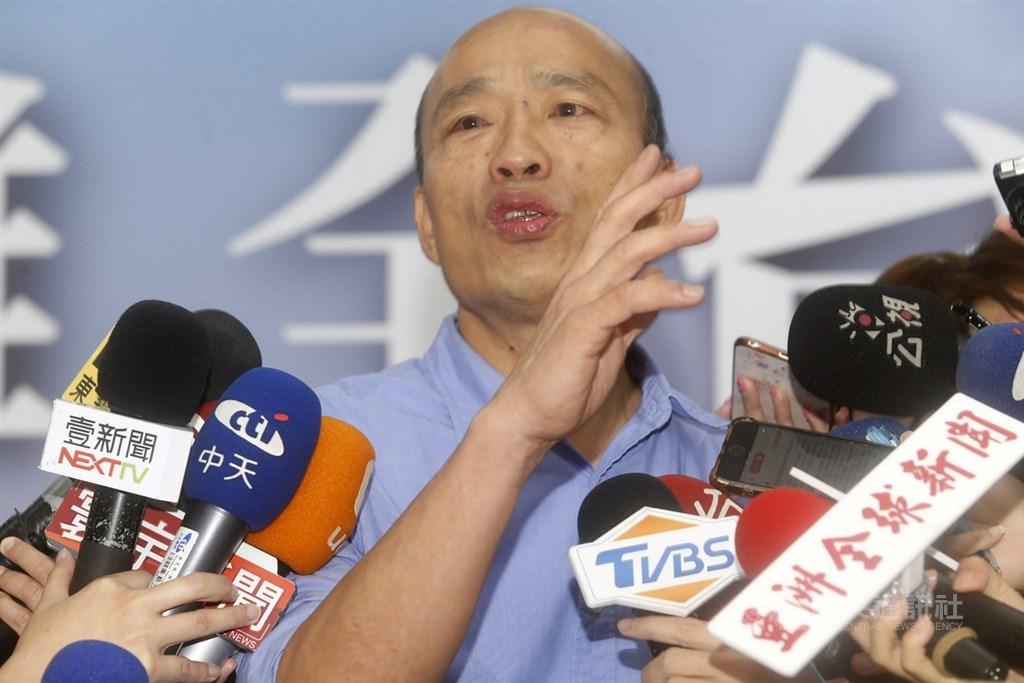 國民黨總統提名人韓國瑜(圖)29日談青年政策時說到「鳳凰都飛走了、進來一大堆雞」,記者聯訪時他再次說明,講鳳凰跟雞的意思是「不要讓鳳凰飛出去;海外的這些鳳凰來,然後雞也一起來,也能留住台灣的鳳凰;也就是未來在引進人才和人力時要並重」。中央社記者董俊志攝 108年8月29日