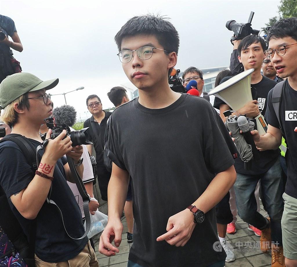 香港眾志祕書長黃之鋒(前中)30日早上7時30分左右被警方逮捕,暫時未知具體原因。(中央社檔案照片)