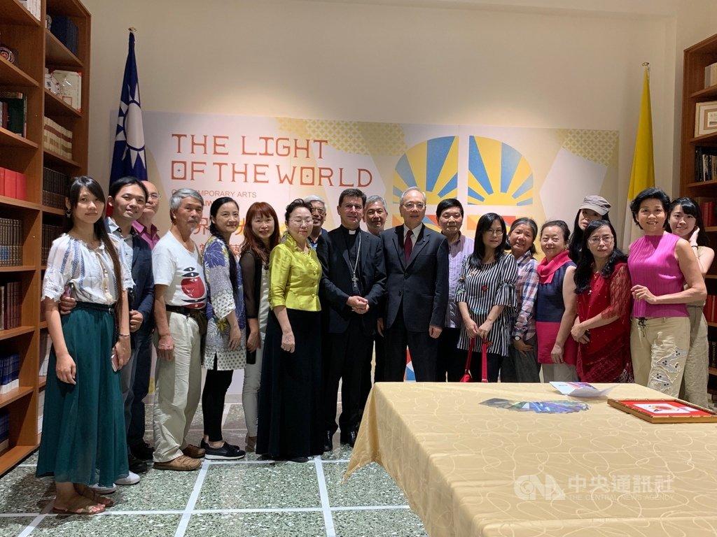 夢想藝術家文創協會拜訪駐教廷大使館,參觀使館正在舉行的「世界的光」畫展。中央社記者黃雅詩羅馬攝,108年8月30日