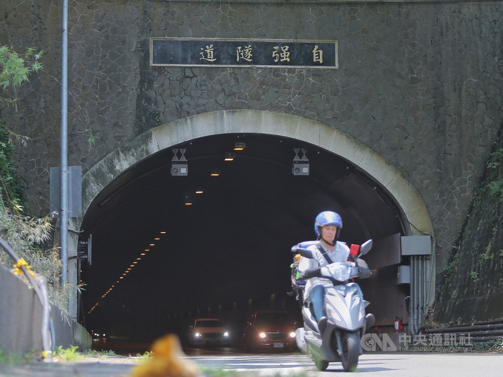 北市自強隧道1日起實施「區間測速」執法取締,截至上午9時止共開罰103件。(中央社檔案照片)