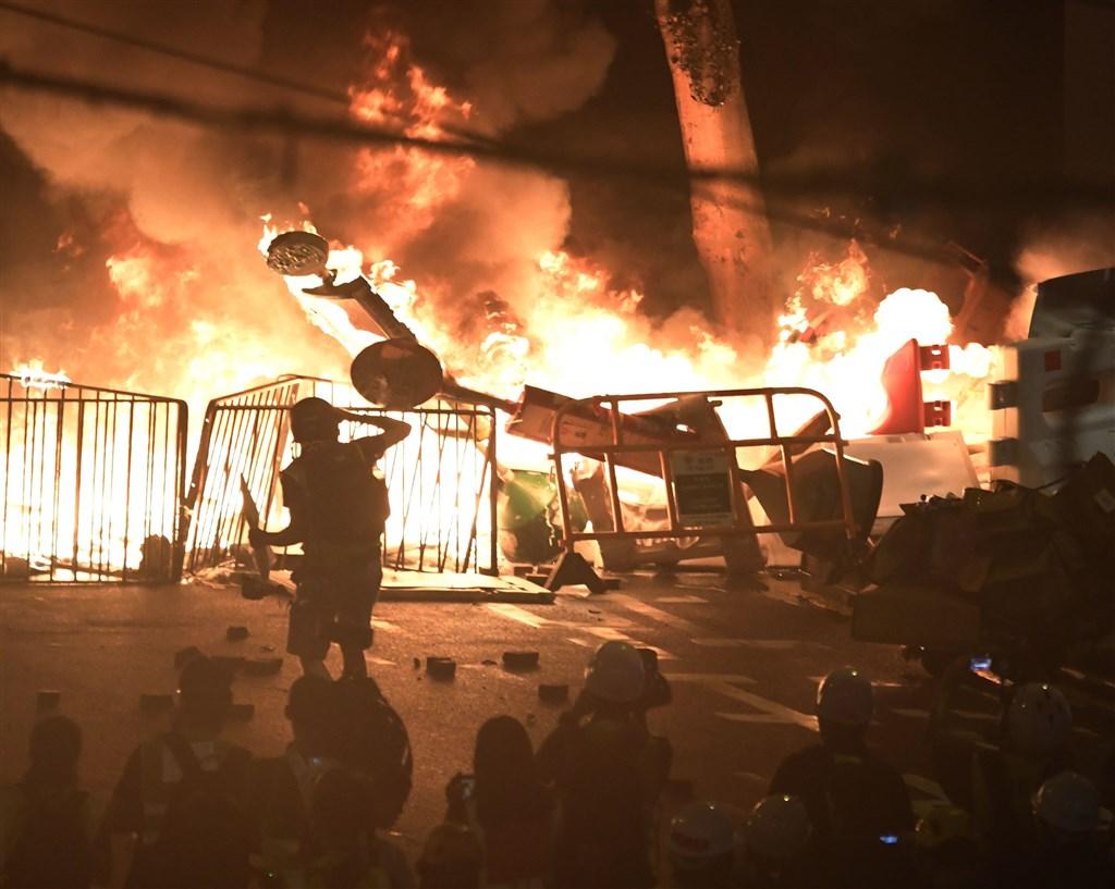 香港8月31日反送中行動堪稱迄今最暴力,傍晚上演暴力抗爭場面,除警方發射催淚彈、出動水炮車外,示威者也頻丟汽油彈等,雙方對峙至入夜仍持續,灣仔一帶街道燃起熊熊火光,深夜更有臥底黑衣警察被抓包開槍,警方速龍小隊闖入地鐵車廂無差別暴打乘客。(共同社提供)