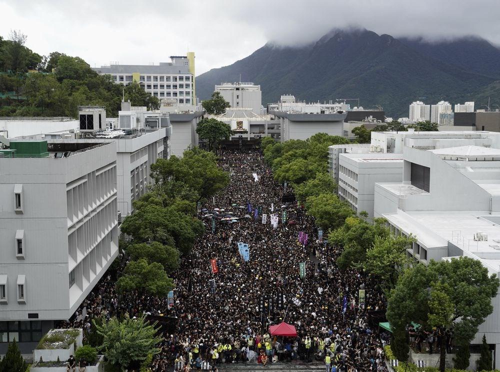 發起罷課的香港大學、中文大學、科技大學等學生會2日下午在中大百萬大道集會,有大批學生和其他人參加,坐滿了整條百萬大道;他們不斷高叫口號,提出反送中5大訴求。(美聯社)
