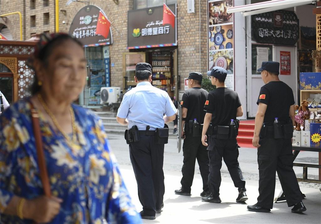 儘管新疆人口只占中國全國人口的2%,但根據地方檢察院提供的資料,2017年中國全國逮捕的人當中,高達1/5在新疆被捕,比例遠高於10年前的2%。圖為警察在烏魯木齊市中心巡查。(檔案照片/共同社提供)
