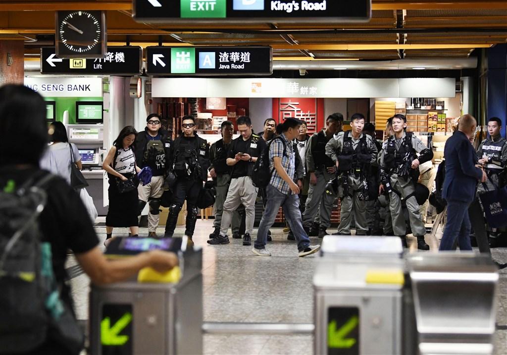 香港「反送中」抗爭2日發起「三罷」運動,多個行業界別發起罷工,上午有示威者在港鐵發動「不合作」運動,一度造成交通延誤。圖為港警駐守在港鐵站內。(共同社提供)