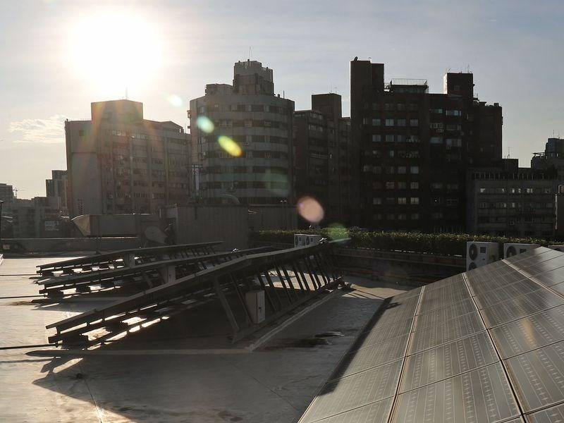 根據台電官網,太陽能2日上午一度貢獻超過200萬瓩電力,發電能力超過核二或核三廠的2部機組。(示意圖/中央社檔案照片)