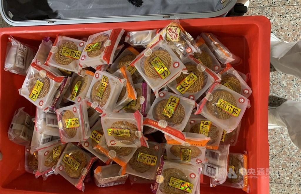 桃園國際機場1日發現3起本國籍民眾自中國大陸返台的託運行李攜帶豬肉內餡月餅,各被處新台幣20萬元罰鍰。中央社記者邱俊欽桃園攝 108年9月3日