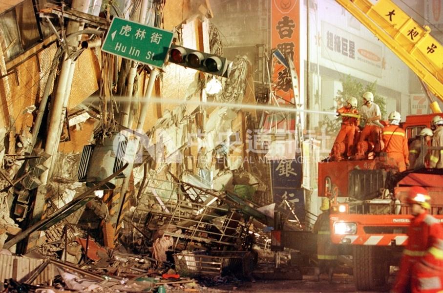 今年適逢九二一大地震20週年,當年失去家人的兒少,在兒福聯盟陪伴下長大,現在4成已成家,近7成滿意目前生活。圖為九二一地震時台北市東星大樓坍塌。(中央社檔案照片)