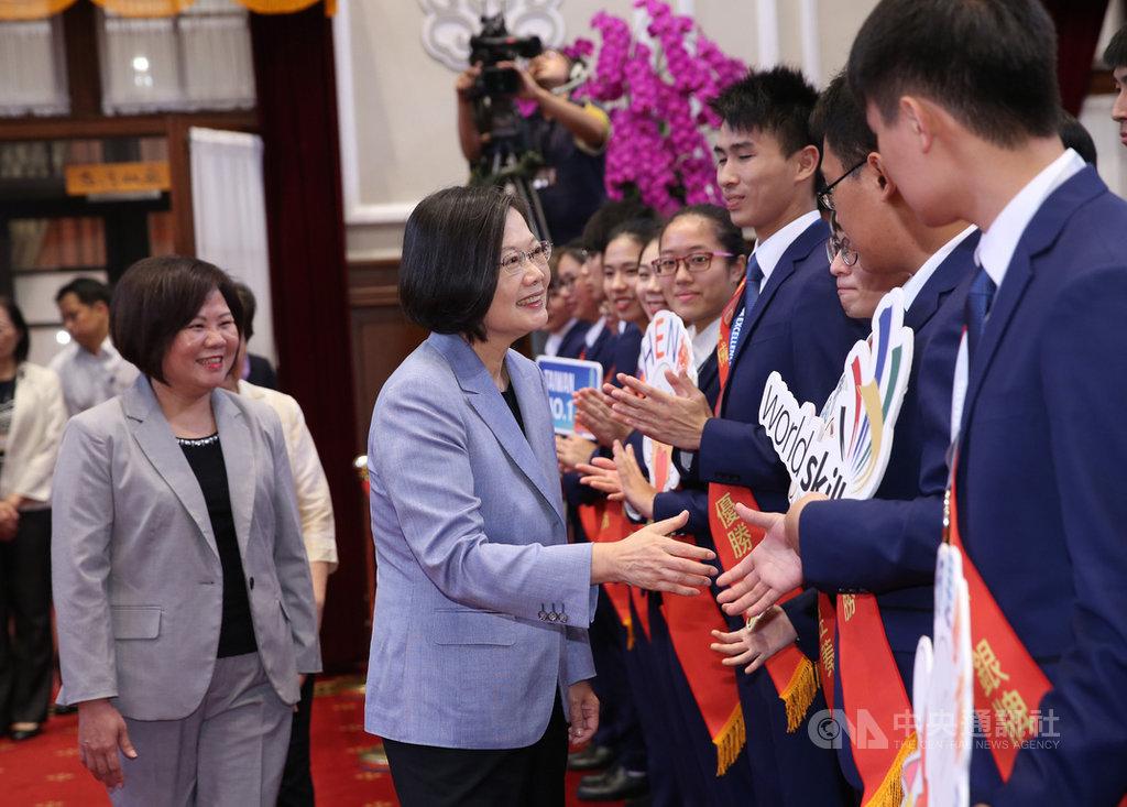 總統蔡英文(中)4日上午在總統府接見第45屆國際技能競賽代表團,與獲獎選手握手予以勉勵。中央社記者鄭傑文攝 108年9月4日