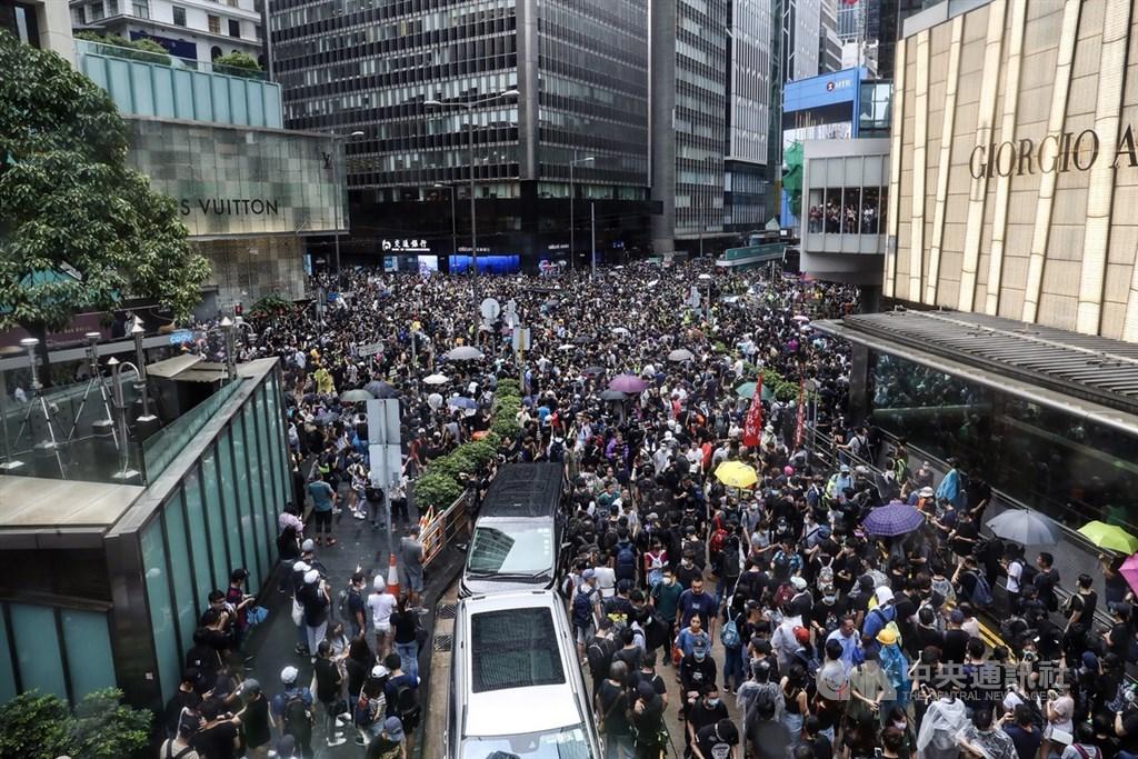 香港反送中運動自3月底至今長達快半年,香港行政長官林鄭月娥9月4日宣布正式撤回逃犯條例修訂草案。圖為8月31日香港示威民眾於中環遊行。(中央社檔案照片)