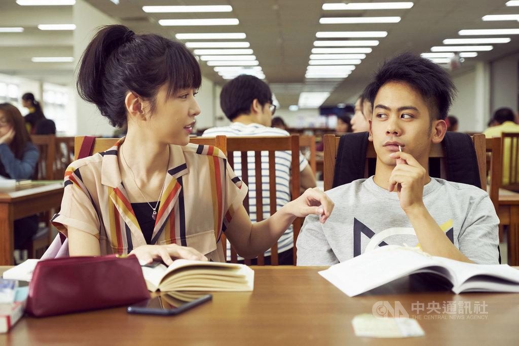 女星邵雨薇(左)與男星李淳(右)在國片「陪你很久很久」中飾演青梅竹馬,為了拉近感情,李淳開拍前特別查好邵雨薇的星座,成功打開2人話題。(威視電影提供)中央社記者洪健倫傳真 108年9月4日