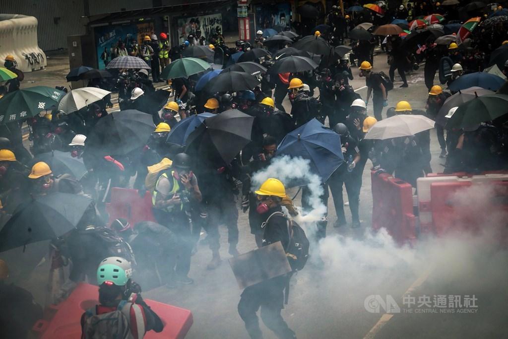 香港反送中抗爭延燒數月,法新社認為北京政府可能會運用待機而動、和解、加緊施壓、出動軍隊等4種策略,解決香港危機。圖為8月31日「為香港罪人祈禱」反送中遊行,警方對示威者發射催淚彈。(中央社檔案照片)