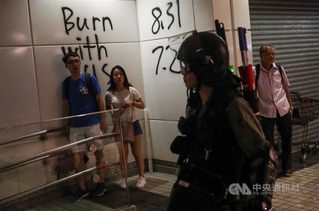 德國總理梅克爾即將出訪北京,德國大報「世界報」建議她向北京清楚表達保障港人權利的立場。圖為反送中部分示威者9月1日闖進地鐵東涌站進行破壞,警方封閉車站並在周邊搜捕示威者。(中央社檔案照片)