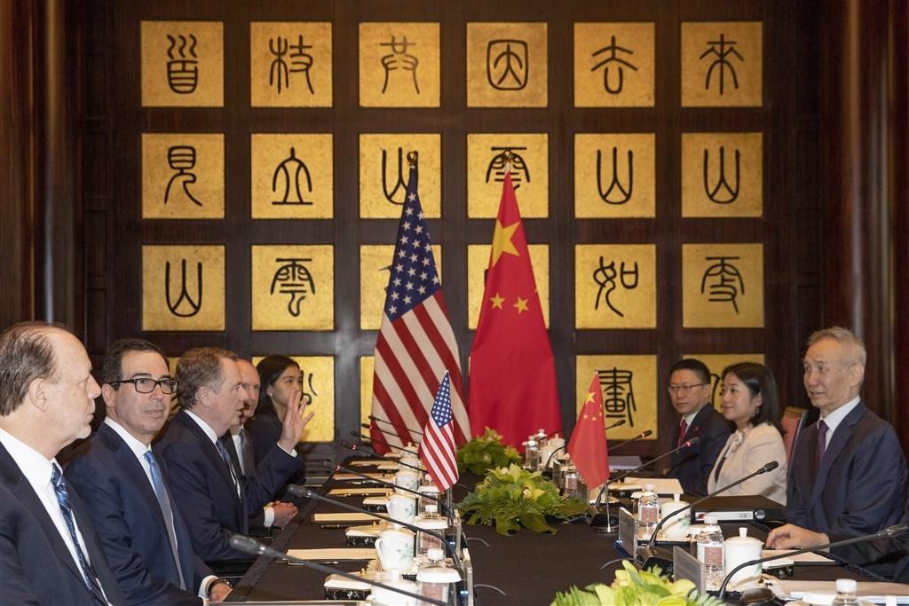 美國華爾街日報報導美中為了化解爭端,雙方同意舉行半年一次會談,由美國財政部長梅努欽(左2)以及中國國務院副總理劉鶴(右1)帶領。圖為2019年7月在上海舉行的美中第12輪貿易談判。(美聯社)