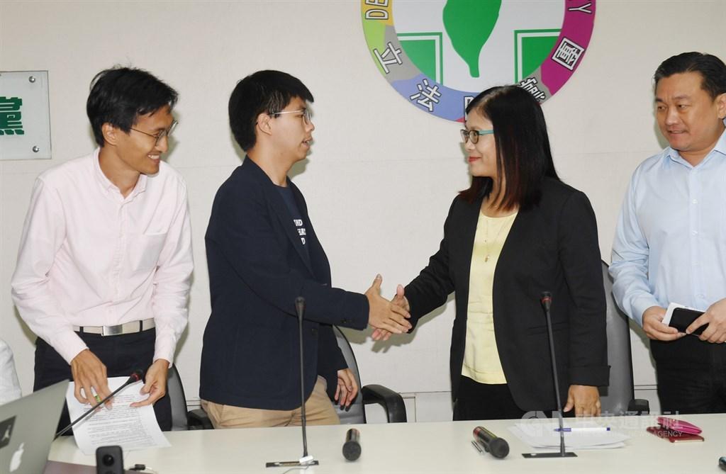 香港眾志秘書長黃之鋒(左2)、香港立法會議員朱凱迪(左)5日到立法院拜會民進黨團,與黨團幹事長管碧玲(右2)、立委王定宇(右)等人意見交流。中央社記者施宗暉攝 108年9月5日